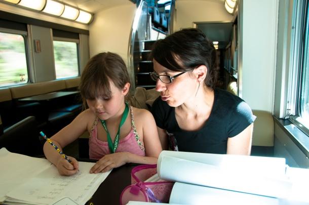 Emma, appliquée malgré les soubresauts du train